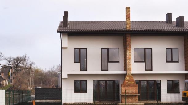 Комфортний будинок з терасою, видом на озеро та зоною барбекю.