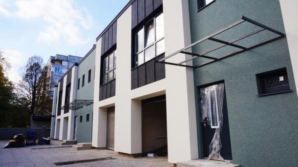 Сучасний житловий комплекс з гаражем.