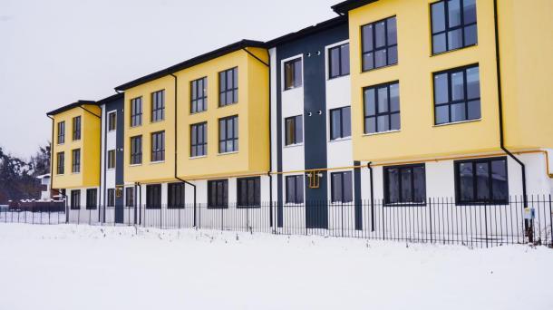 Комплекс апартаментів на березі озера.
